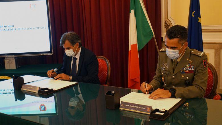 Il Magnifico Rettore Salvatore Cuzzocrea e il Generale di Brigata Giuseppe Bertoncello firmano l'accordo