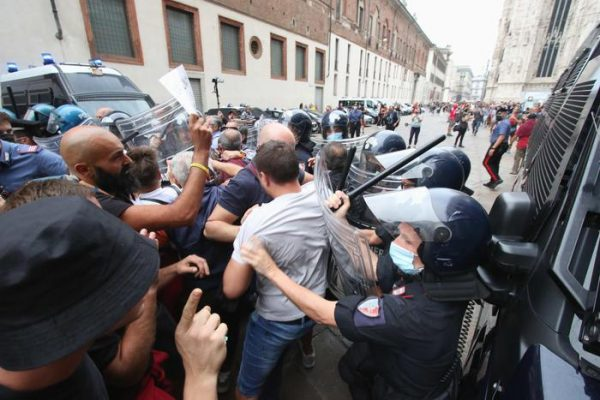 No vax in piazza, scontri a Milano